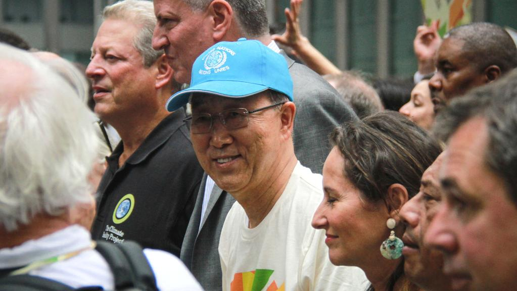 Pan Ki-Mun jako účastník průvodu. V pozadí Al Gore a Bill de Blasio
