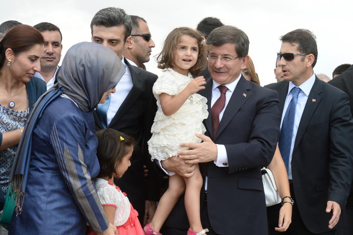 Premiér Ahmet Davutoglu s osvobozenými rukojmími