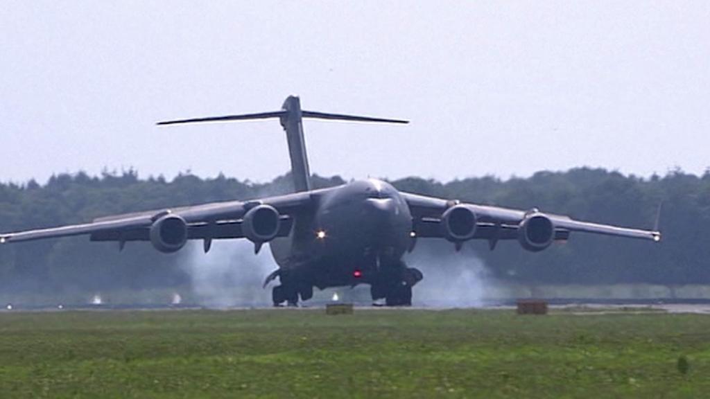 Munici přepravuje kanadské armádní letadlo
