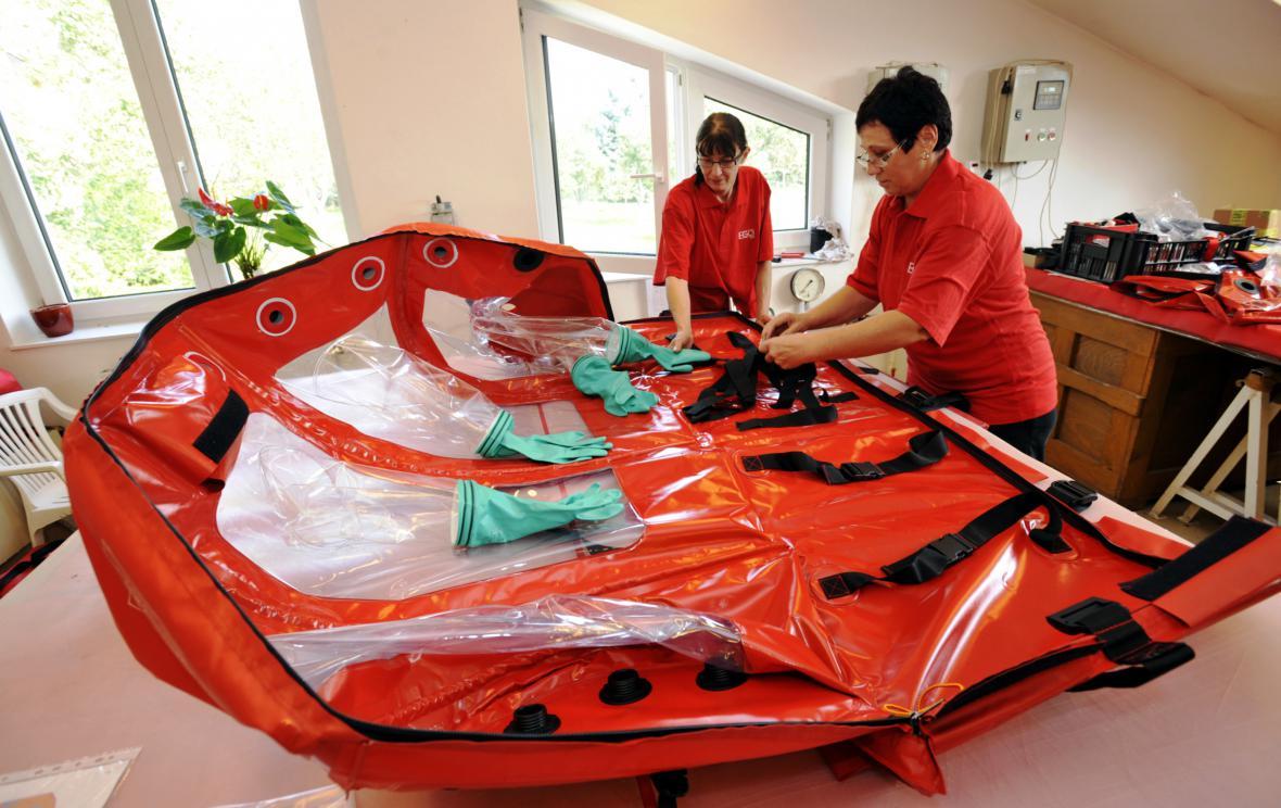 Výroba vaku pro transport pacienta s ebolou