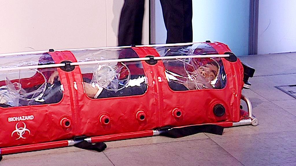 Daniel Stach v biovaku pro transport pacientů s ebolou