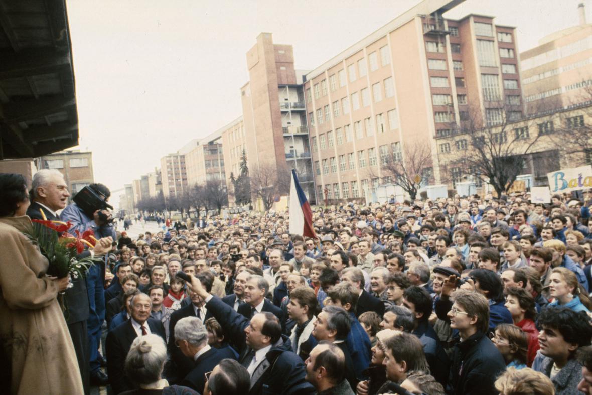 Tomáš Baťa na návštěvě své bývalé továrny (1989)