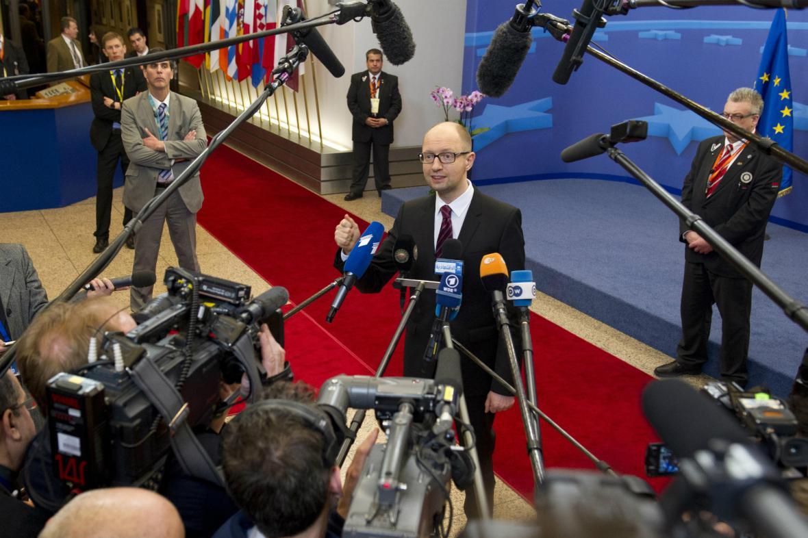 Arsenij Jaceňuk hovoří s novináři po podpisu asociační dohody
