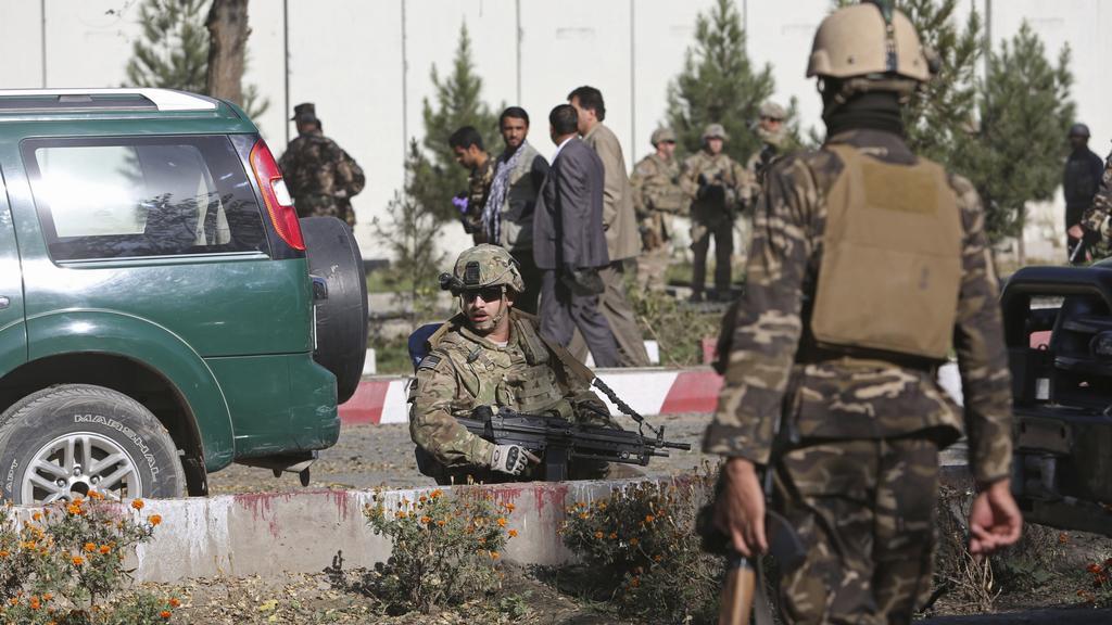 Vojáci prohledávají místo výbuchu v Kábulu