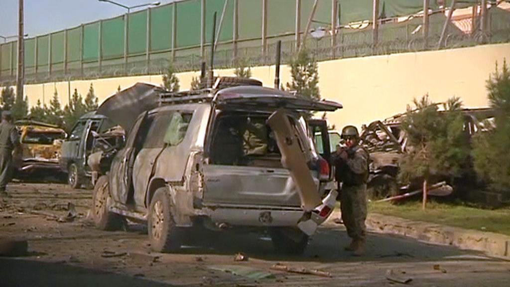 Následky atentátu nedaleko velvyslanectví USA v Kábulu