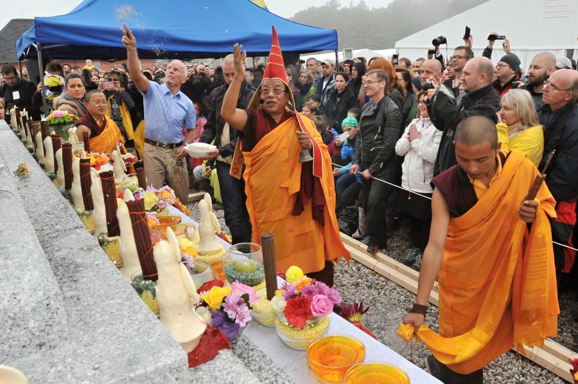 Buddhisté v Těnovicích odhalili svoji první stavbu v Česku