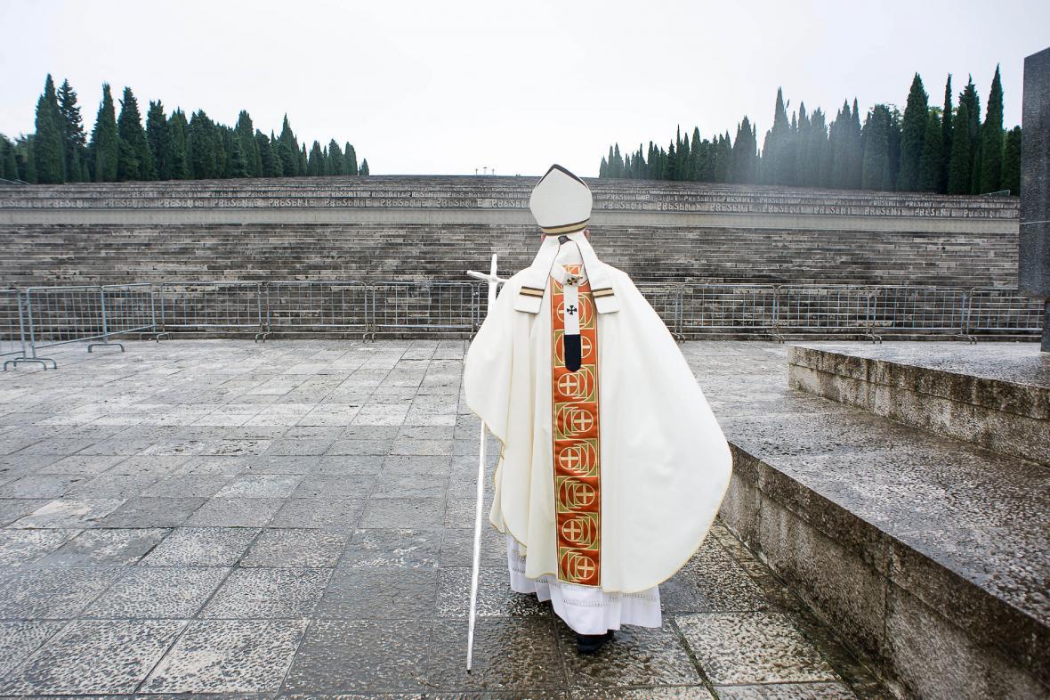 Svatý otec v areálu válečného památníku