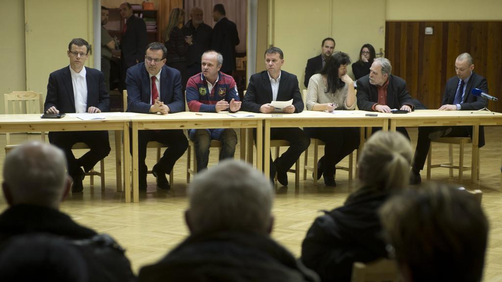 Zastupitelé Dobrovízi při jednání s ministrem Mládkem a místními