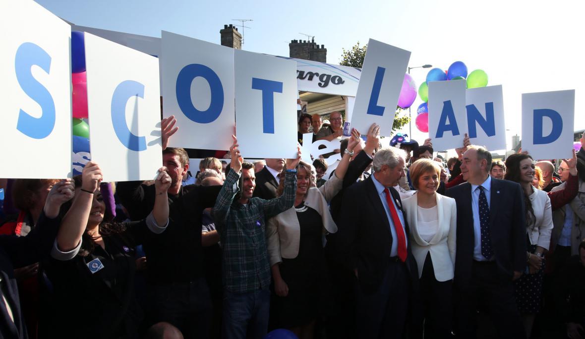 Sympatizanti skotské samostatnosti na shromáždění v Edinburghu