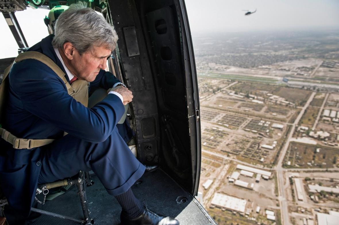 John Kerry ve vrtulníku nad Bagdádem
