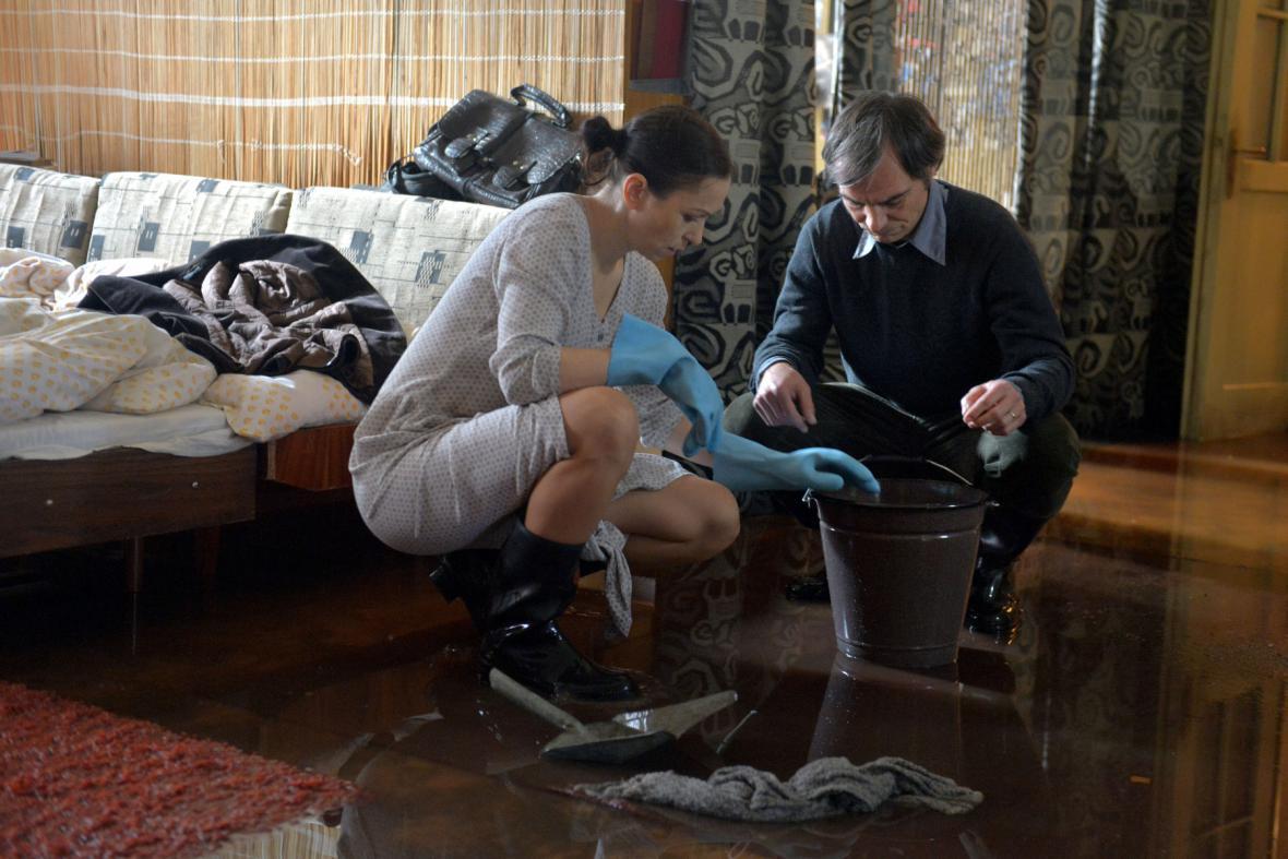 Zuzana Stivínová a Ivan Trojan při úklidu zaplaveného bytu