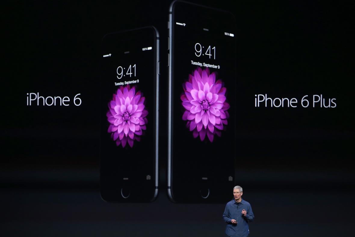 Tim Cook představuje iPhone 6