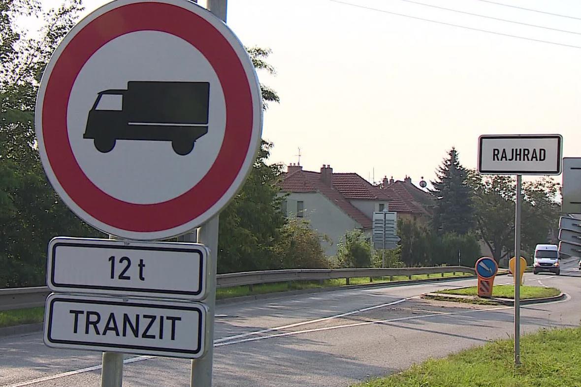 Osm obcí podél D2 zakázalo vjezd tranzitní dopravy