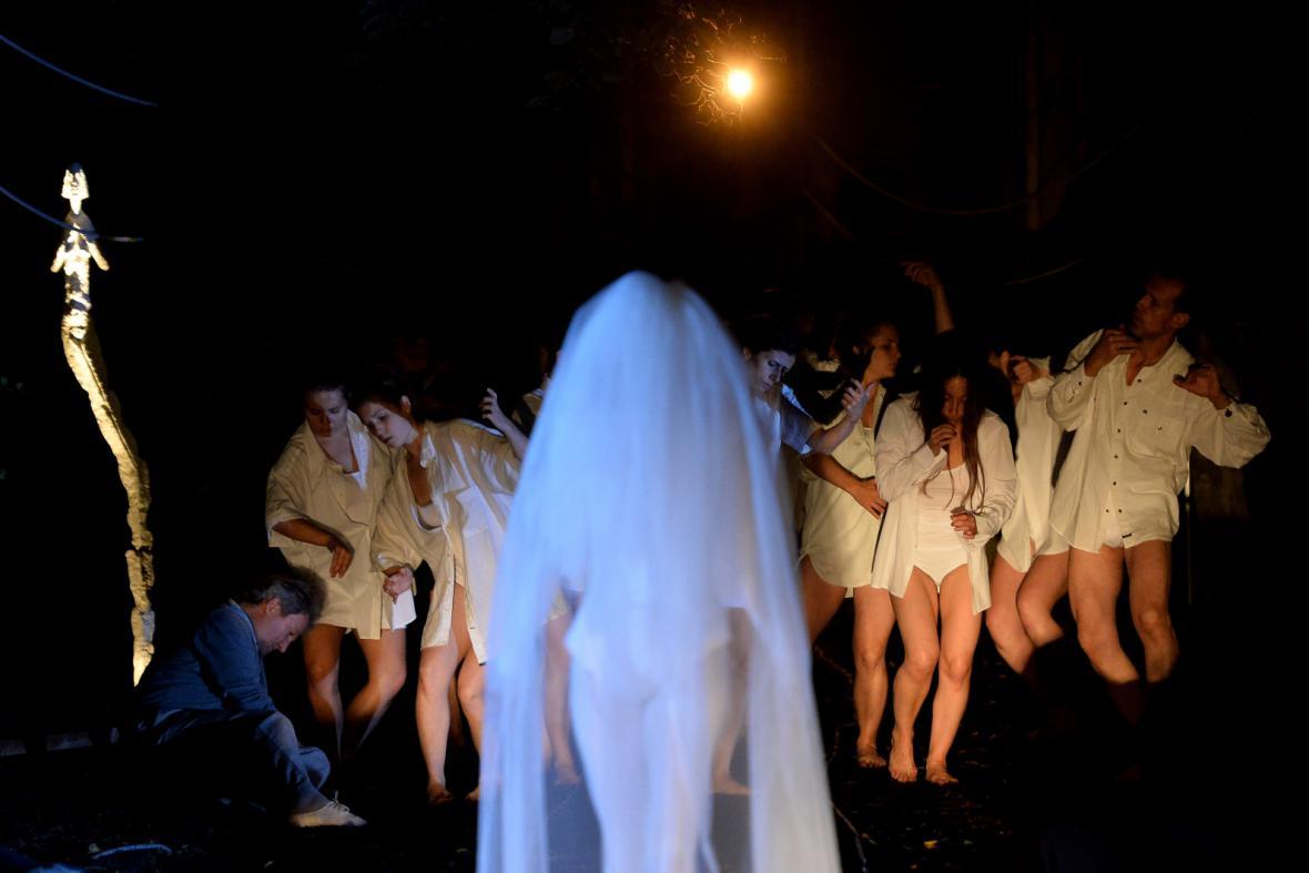 Taneční Kytice na Malostranském hřbitově