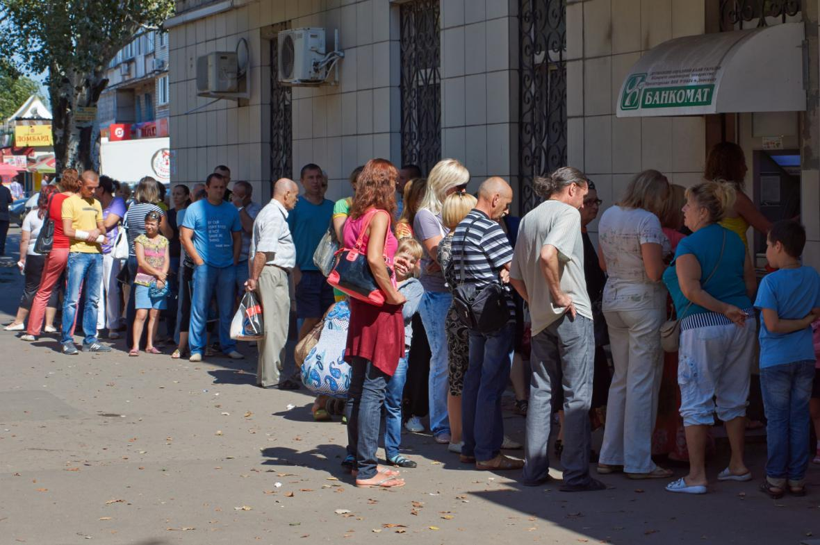 Fronta na bankomat v Doněcku