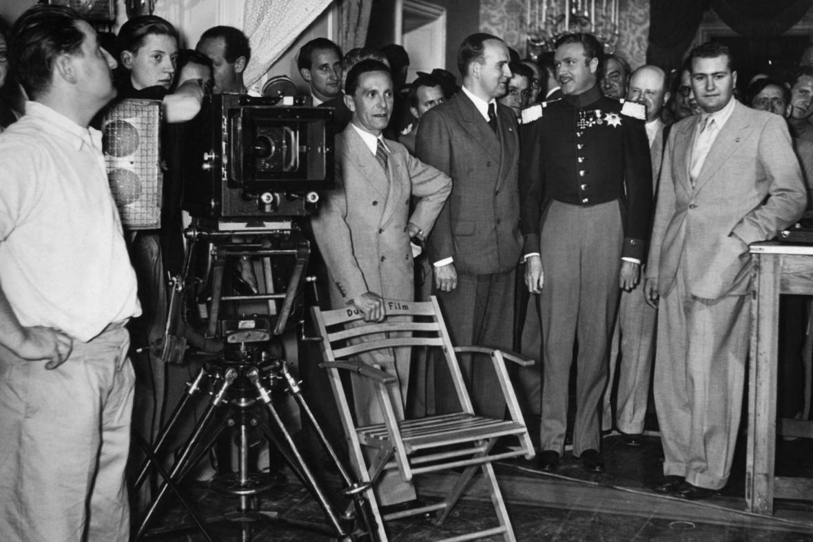 Josef Goebbels při natáčení filmu s Lídou Baarovou