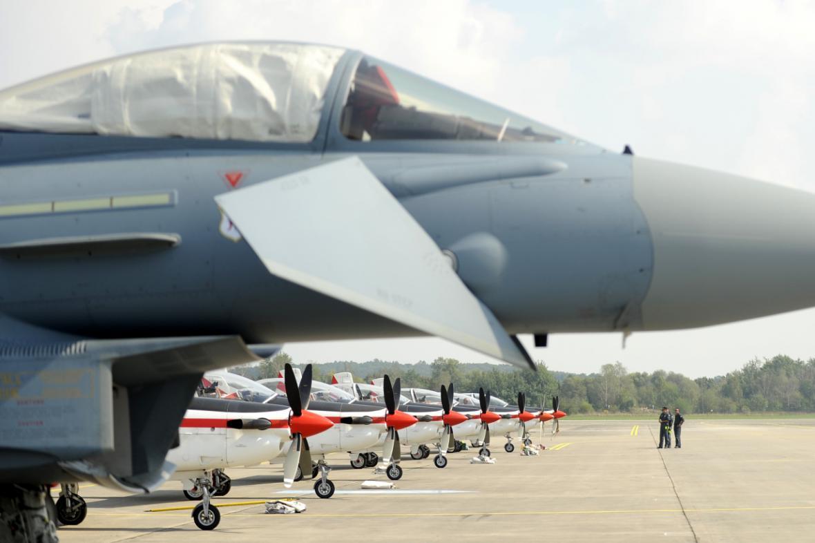 Letoun Eurofighter Typhoon před řadou strojů Pilatus PC-9