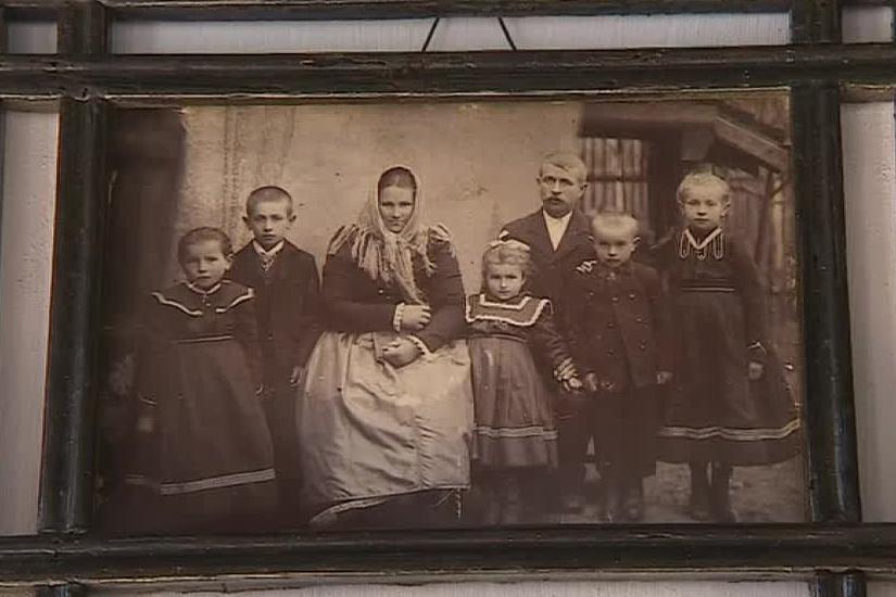 Interiér zdobí dobové fotografie