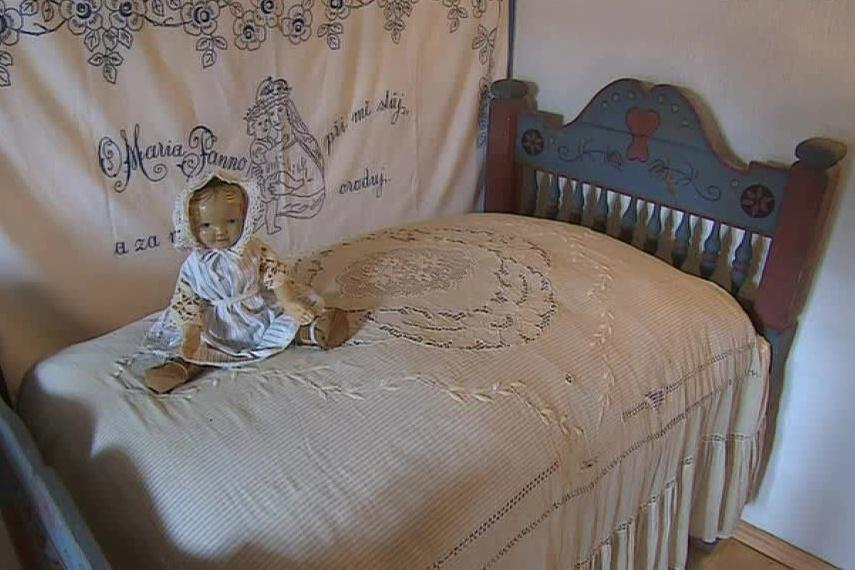 Dětská postel je podle historičky sto let stará