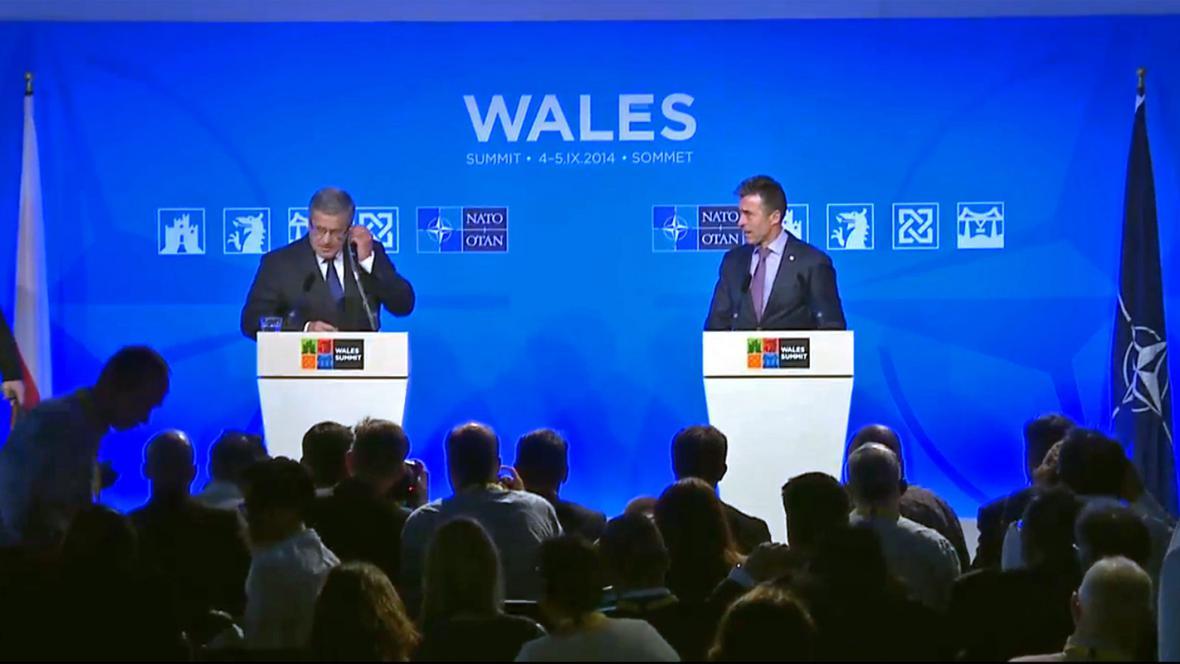Bronisław Komorowski a Anders Fogh Rasmussen na brífinku po summitu NATO