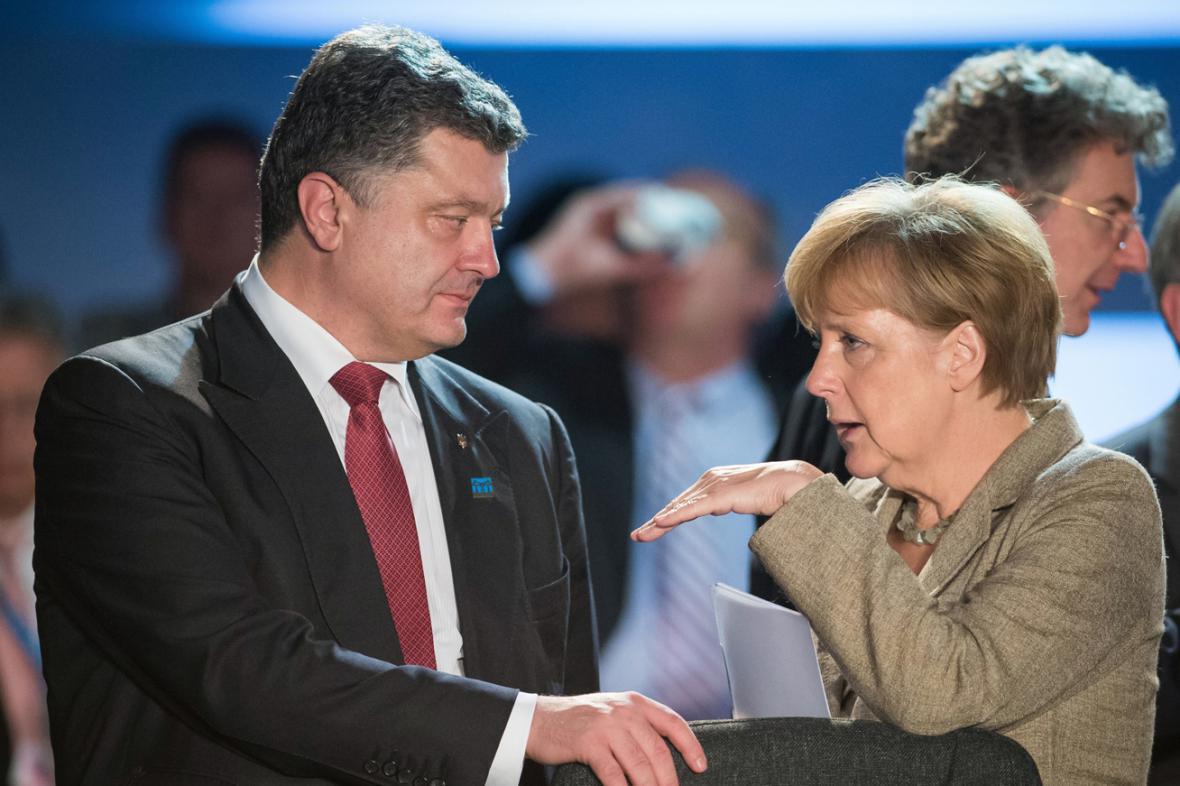 Petro Porošenko a Angela Merkelová na summitu NATO