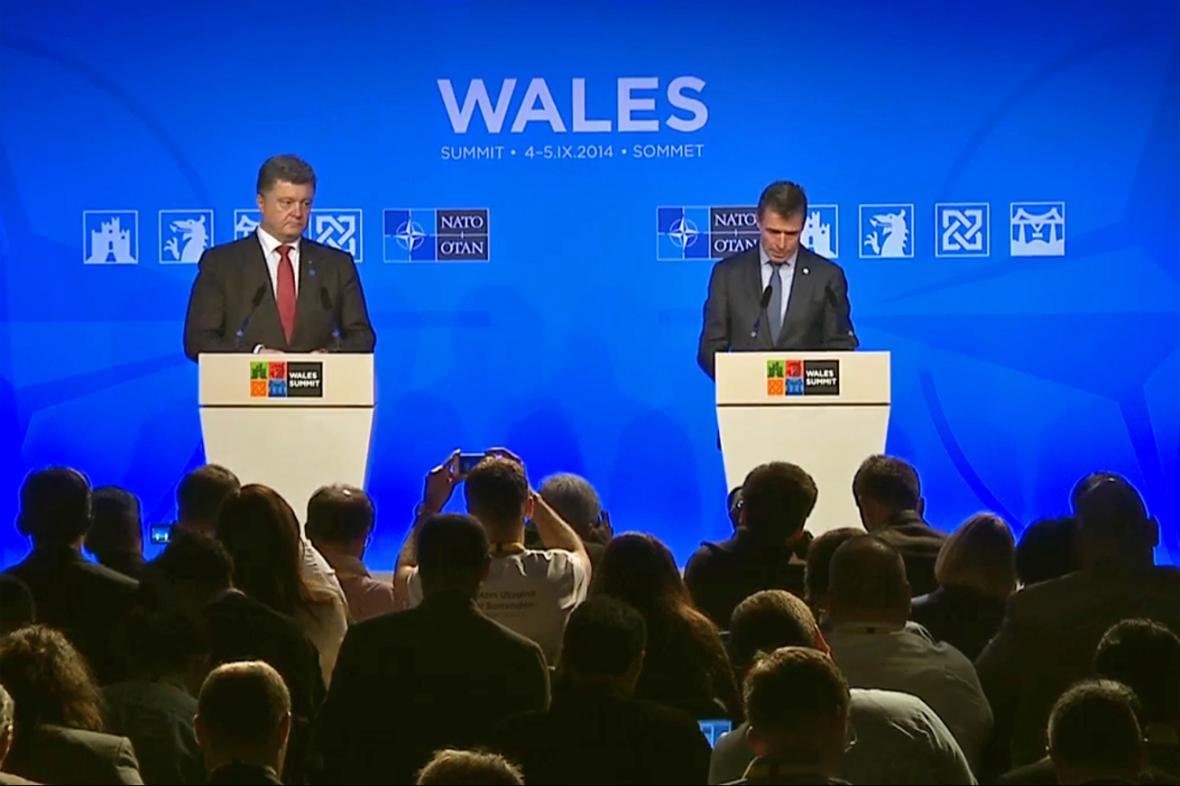 Petro Porošenko a Anders Fogh Rasmussen na společném brífínku