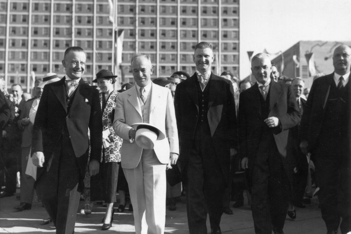 Ministr Edvard Beneš (v bílém) s J. A. Baťou (vpravo) na návštěvě Zlína (1935)