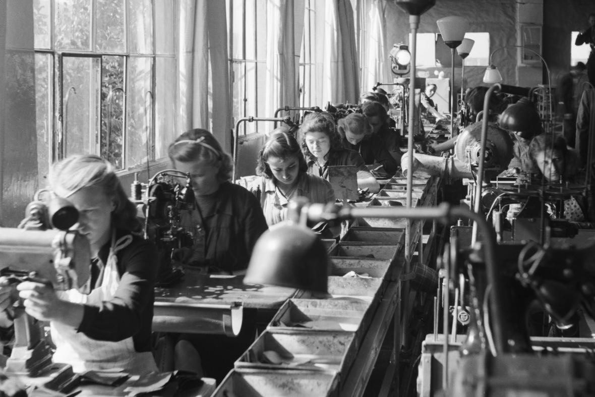 Výroba obuvi v Baťových závodech ve Zlíně (1945)