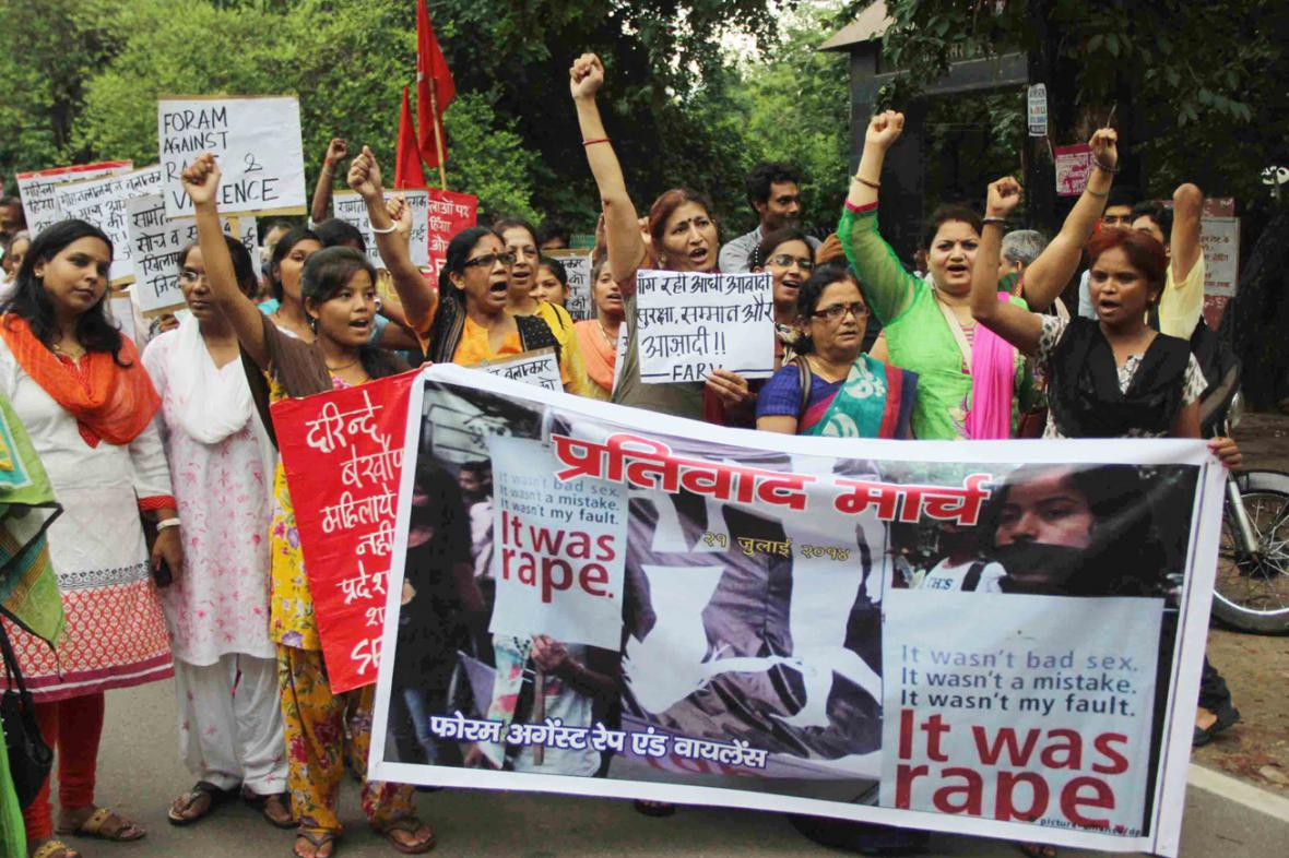 Indové protestují proti množícím se případům hromadného znásilnění