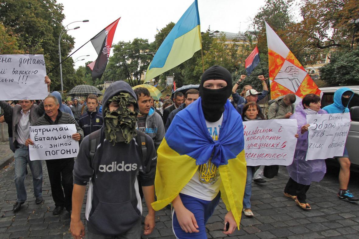 Ukrajinští demonstranti žádají posily pro vojáky