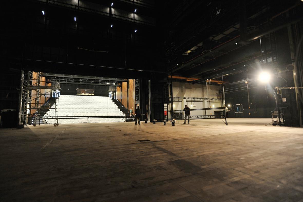 Jeviště divadla měří 28 metrů...