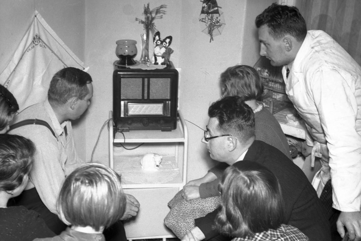 Poslech rozhlasu v roce 1938