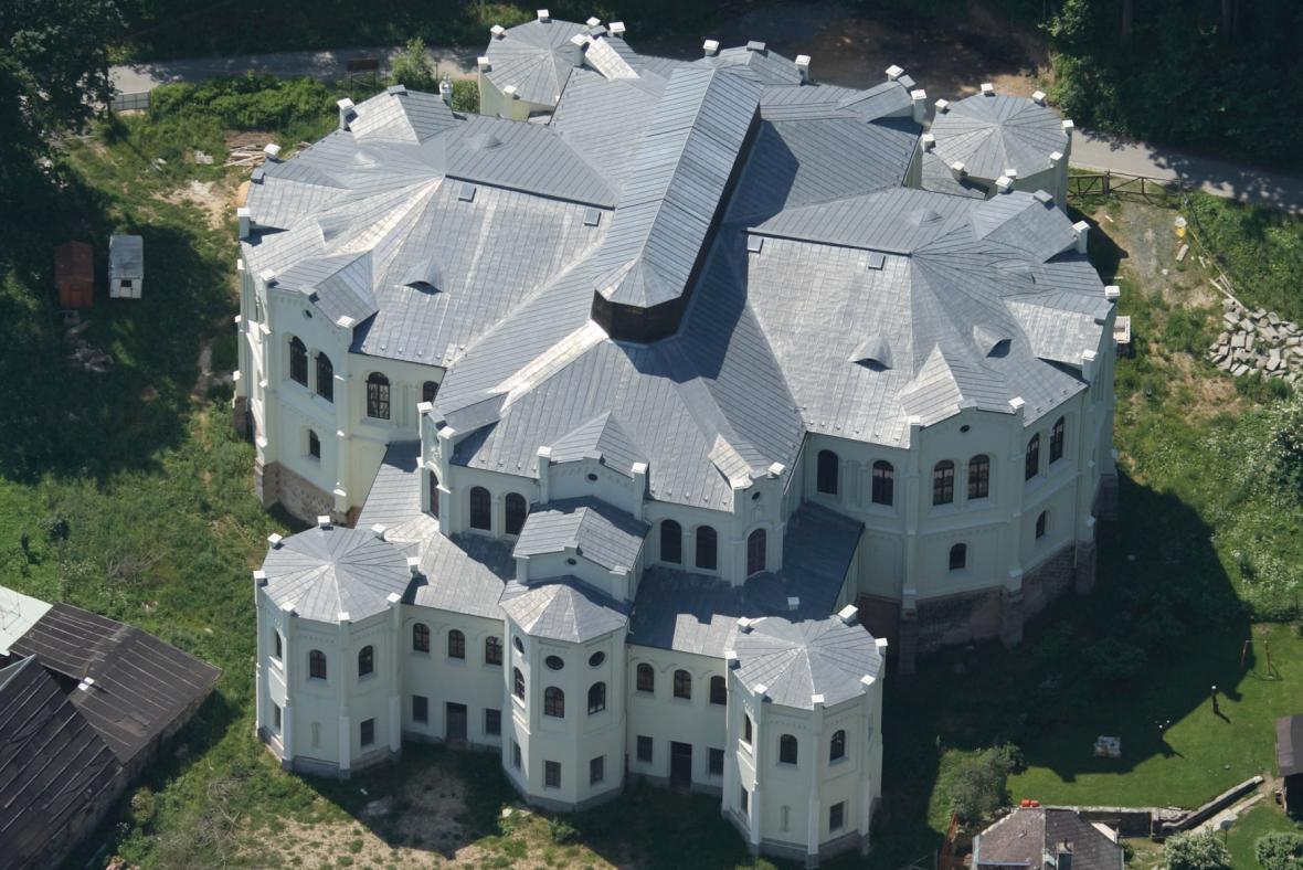 Letecký pohled na historickou jízdárnu ve Světcích na Tachovsku