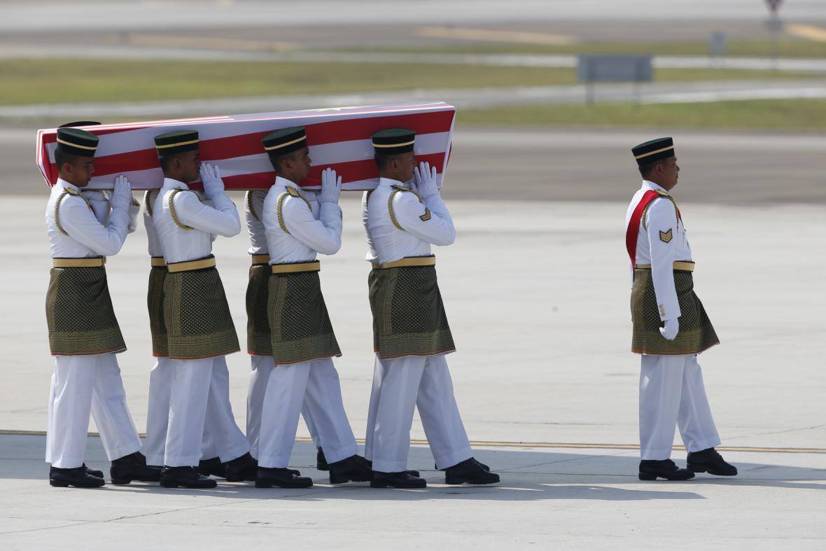 Ostatky malajsijských obětí z letu MH17 dorazily do Kuala Lumpuru