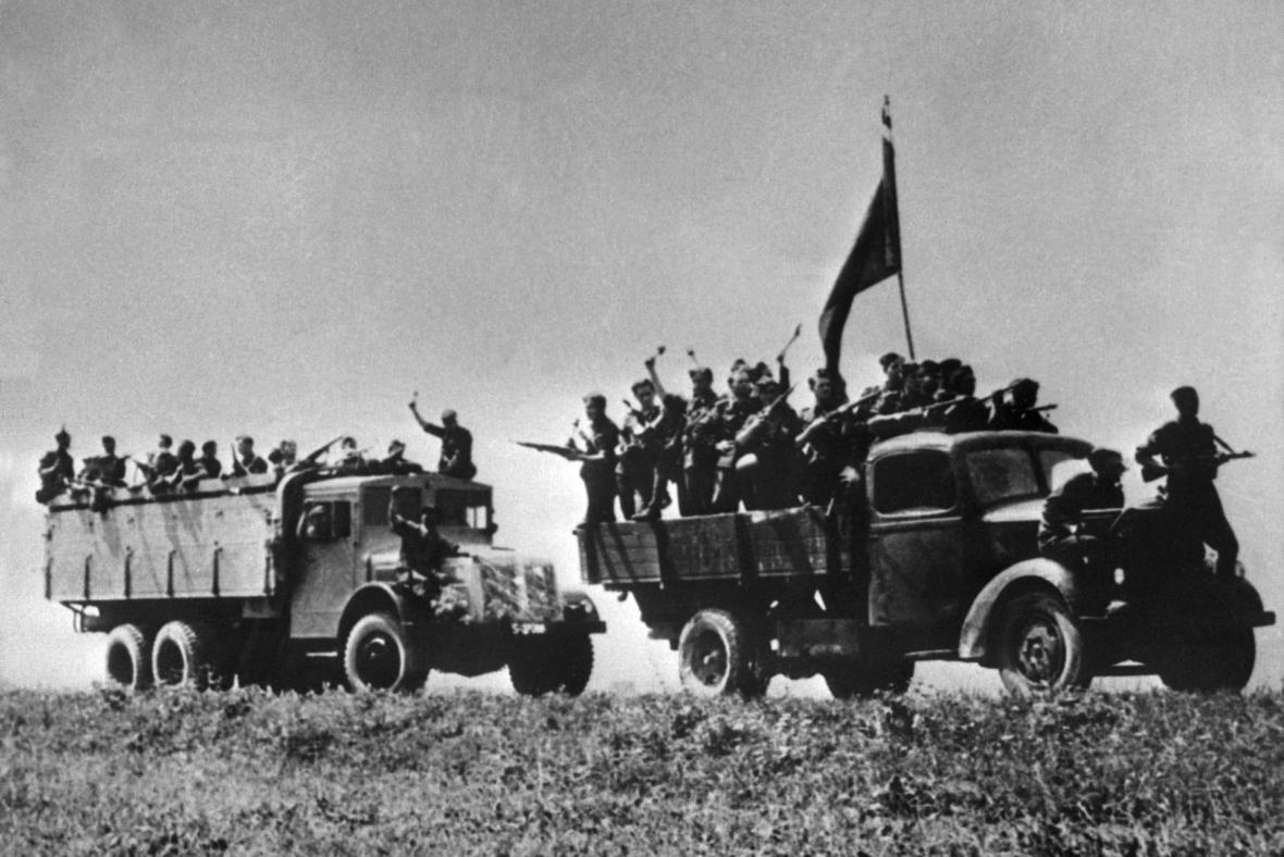 Odjezd partyzánů a povstaneckých vojáků na frontu u Priekopu (1944)