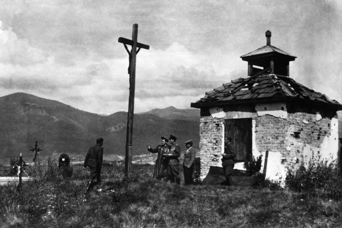 Sovětský partyzánský velitel major Alexej Semjonovič Jegorov se štábem na hřbitově v Košútech