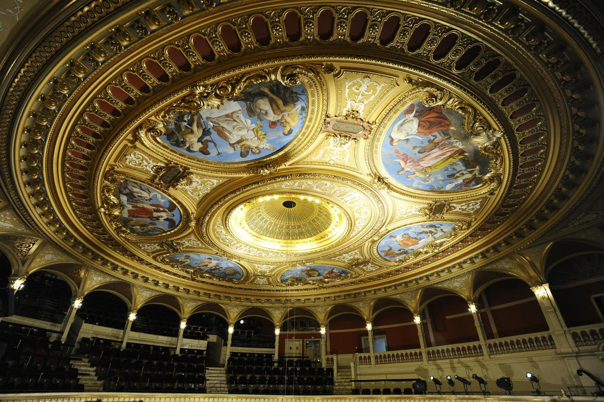 Restaurátoři opravili celý strop Mahenova divadla