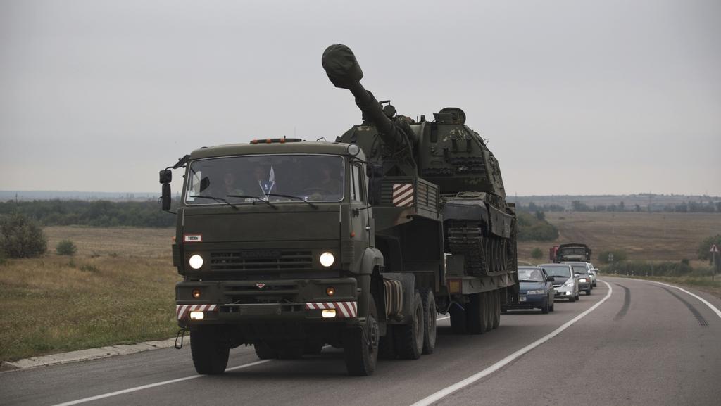 Ruský transportér vyfotografovaný před hranicemi s Ukrajinou