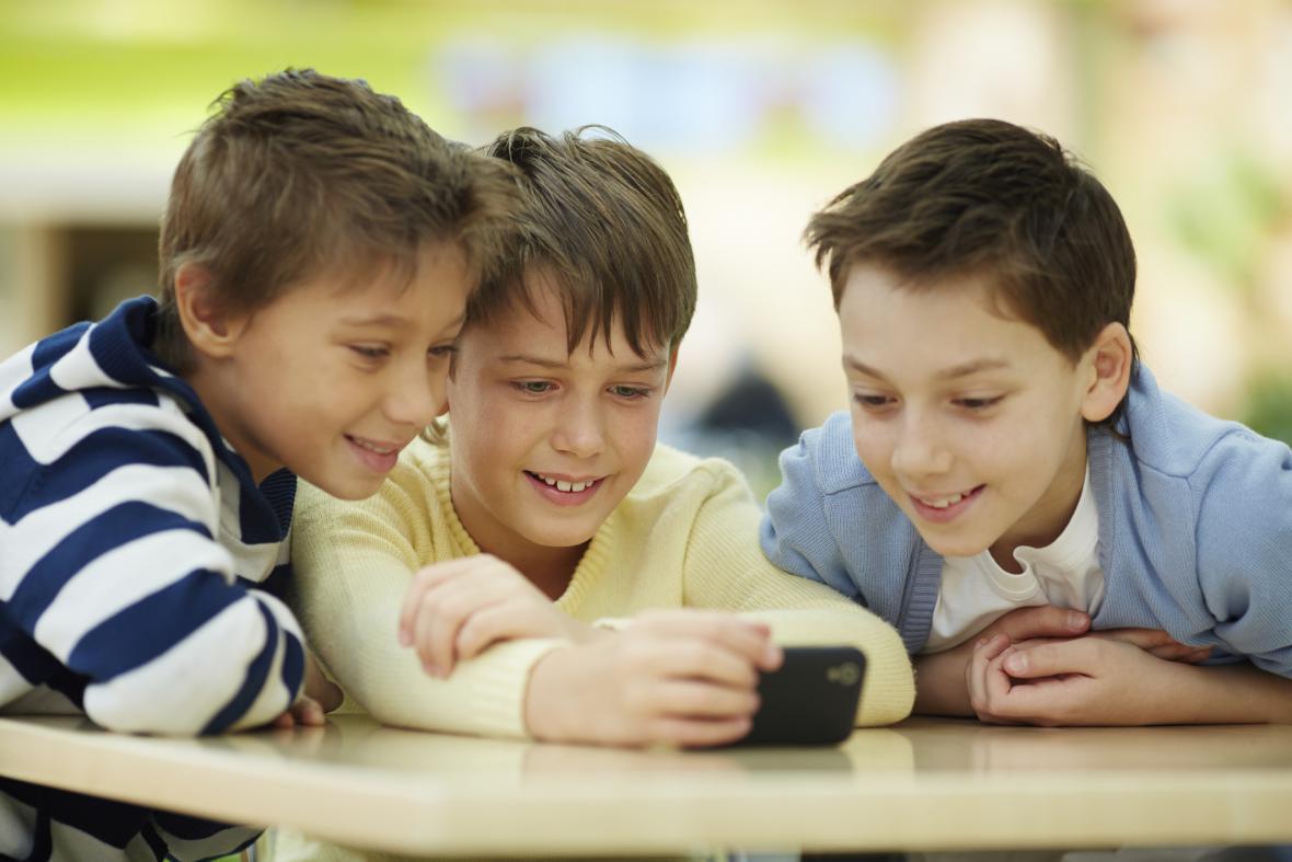 Mobilní telefon vlastní čím dál mladší děti