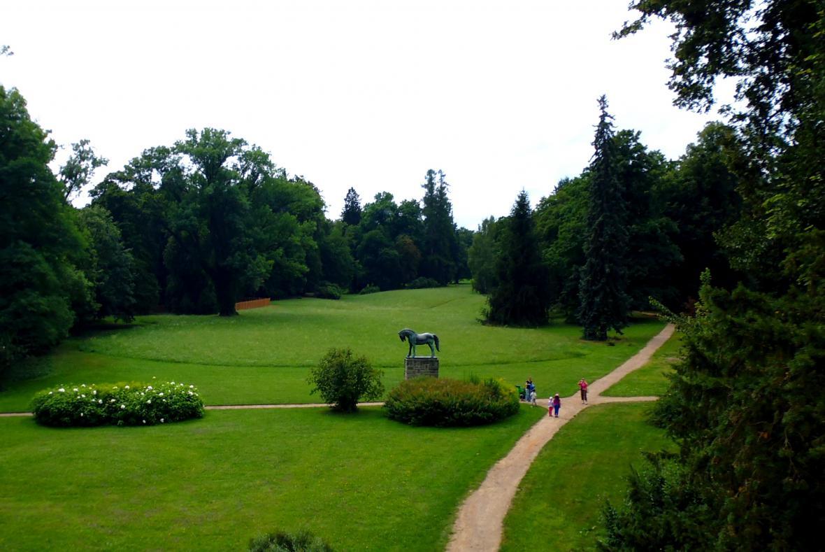 Socha koně v parku ve Slatiňanech