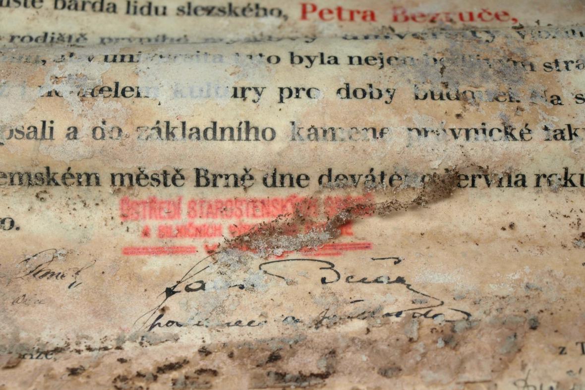 Ukryté dokumenty pokryla plíseň