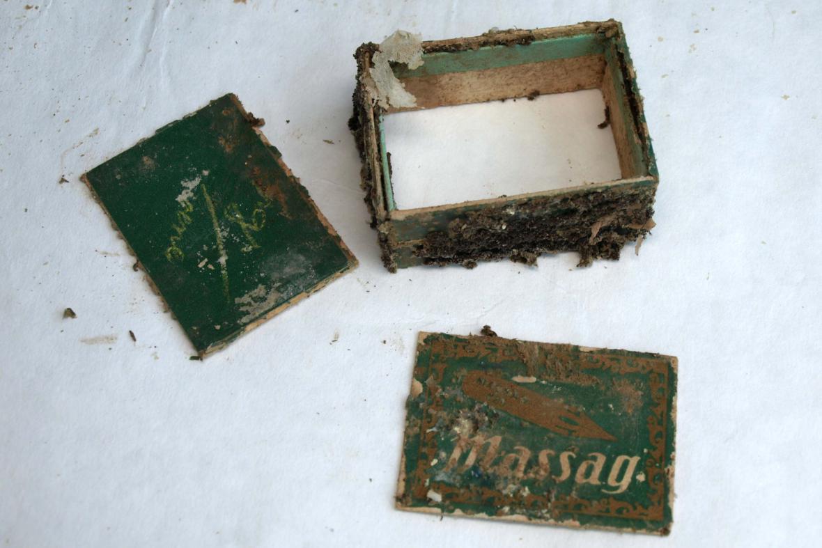 Listiny i předměty uložené v tubusu byly pokryté plísní