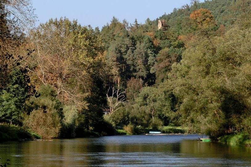 Pohled na hrad Zlenice z přístupové cesty kolem řeky Sázavy