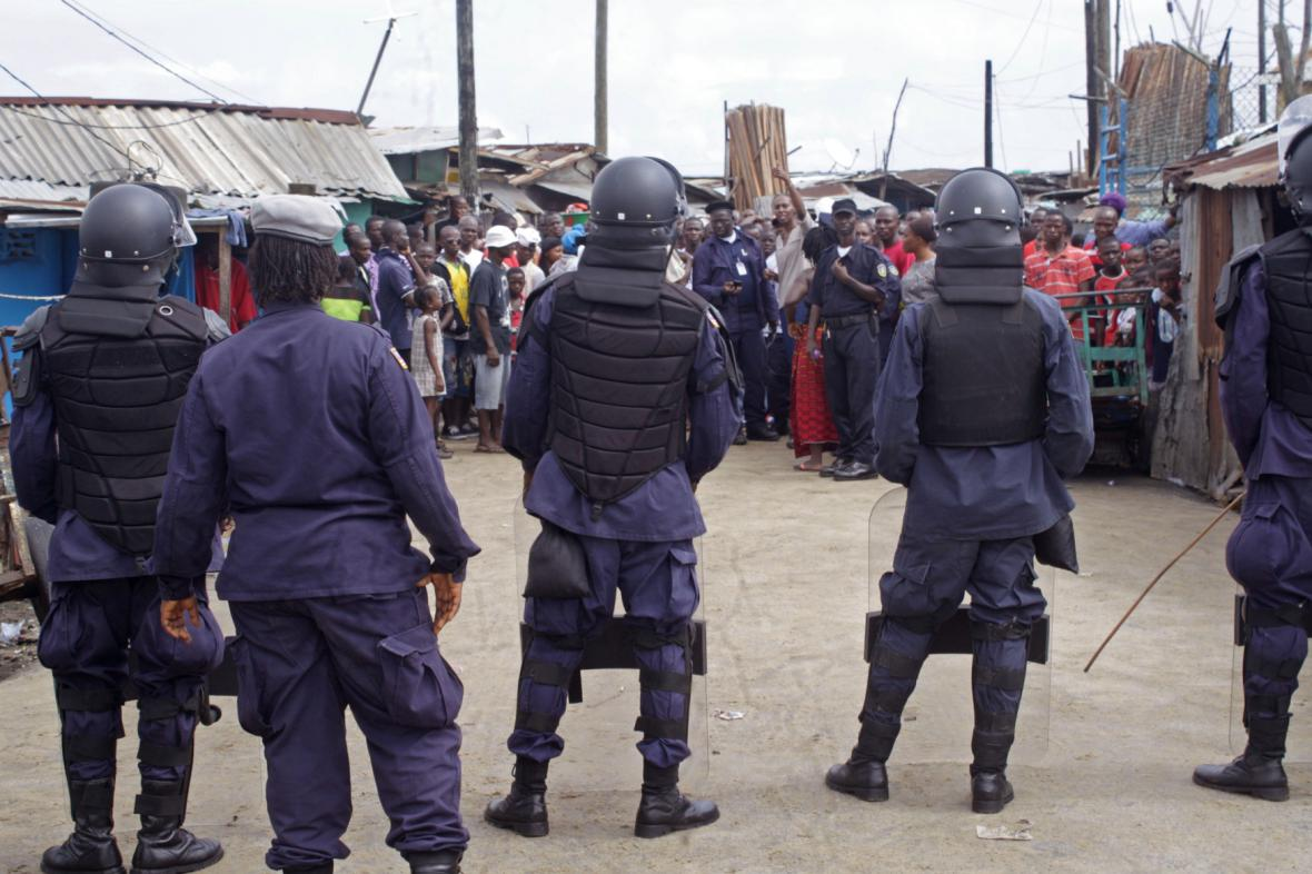 Armáda dohlíží na chudinskou čtvrť v Monrovii