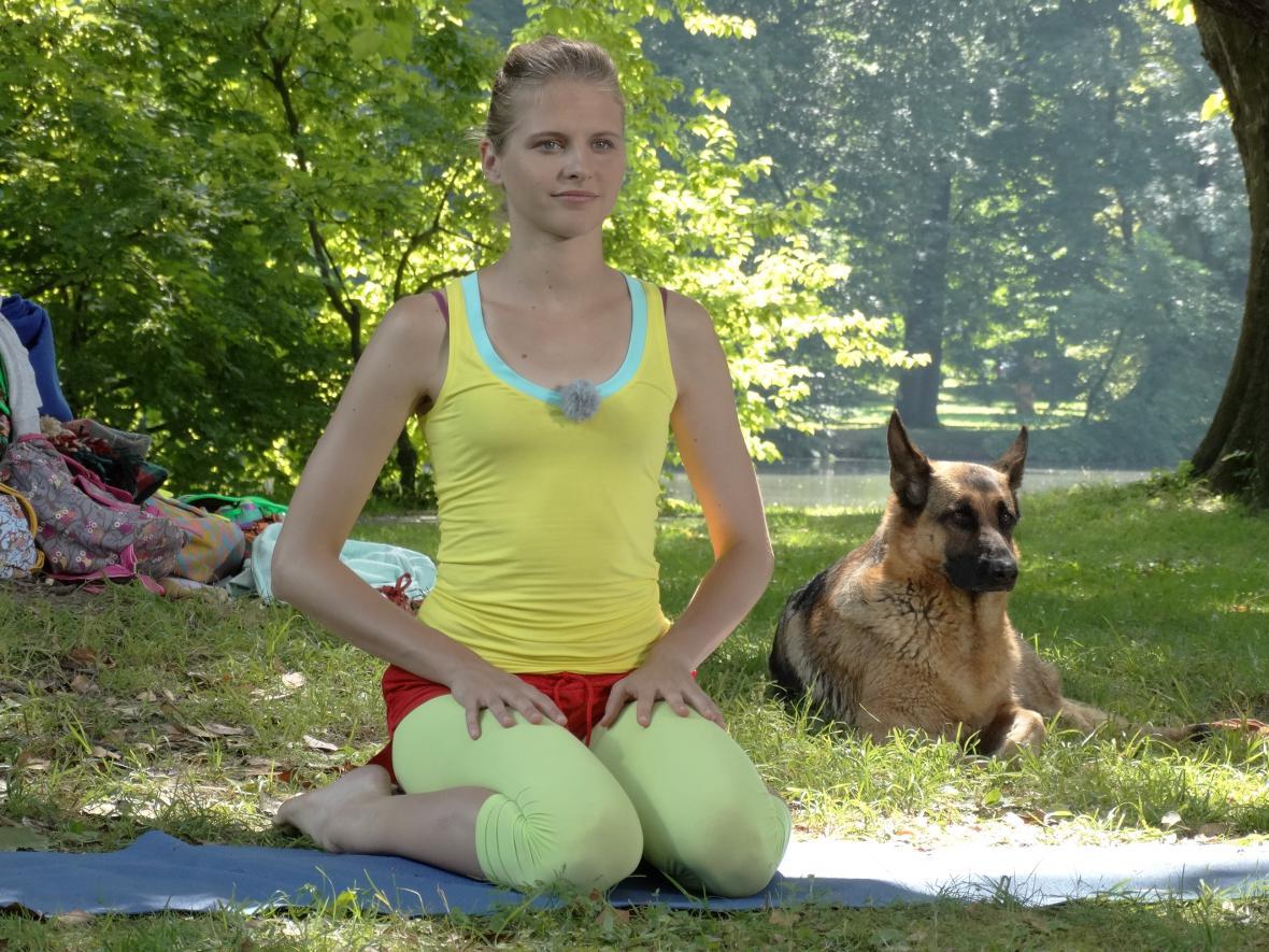 ALžběta Vaculčiaková předcvičuje dětem jógu