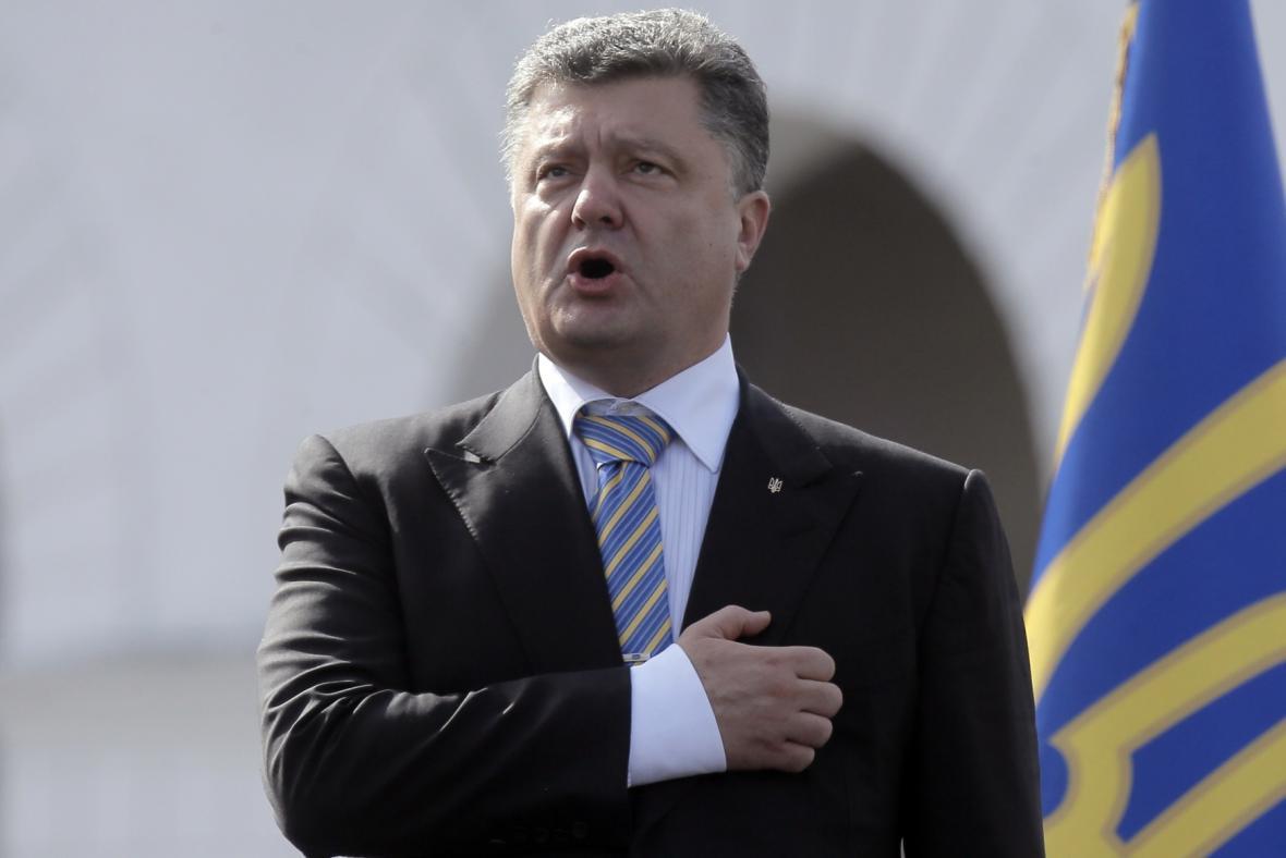Petr Porošenko na vojenské přehlídce