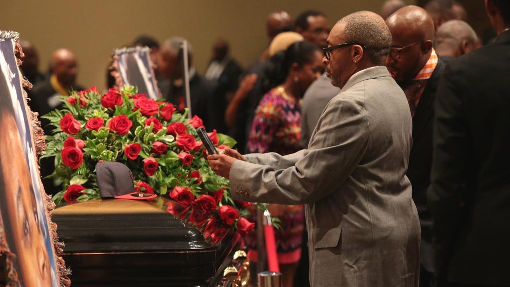 Pohřeb Michaela Browna se koná v baptistickém kostele v St. Louis