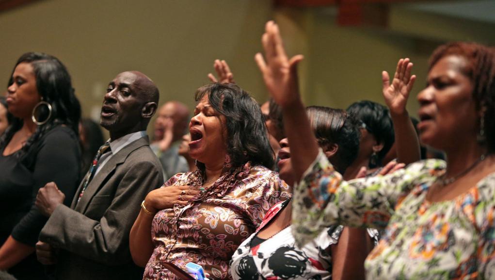 Řada lidí doprovázela Browna v rytmu gospelu