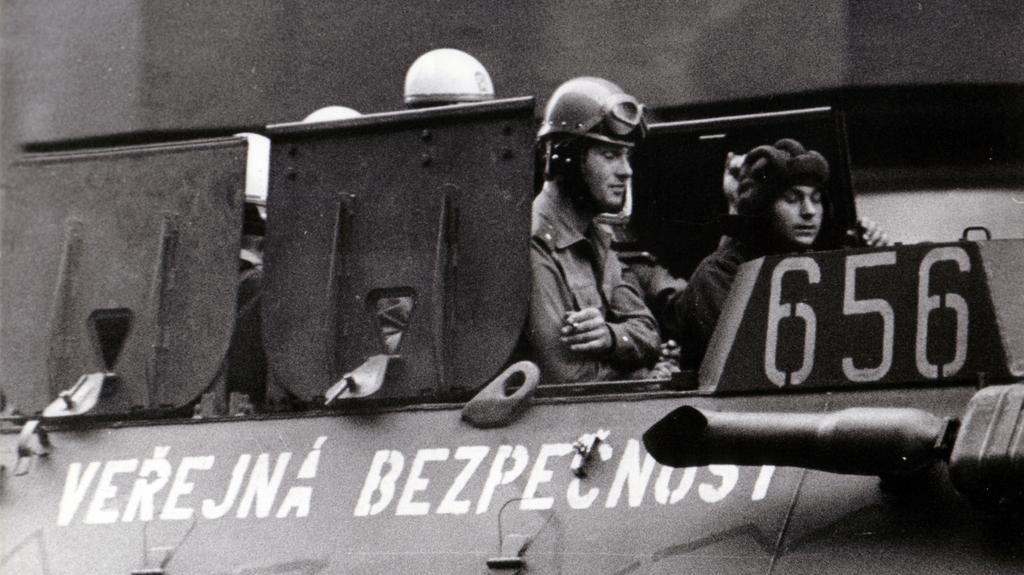 Policie nasadila v srpnu 1969 obrněné vozy