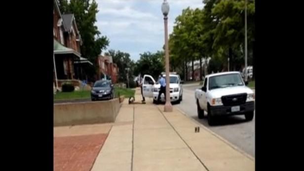 Záběry ze střelby na černocha v St. Louis